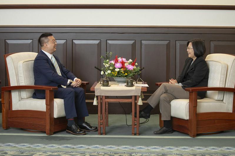 總統接見「新加坡駐臺北商務辦事處黃偉權代表」,並相互交流
