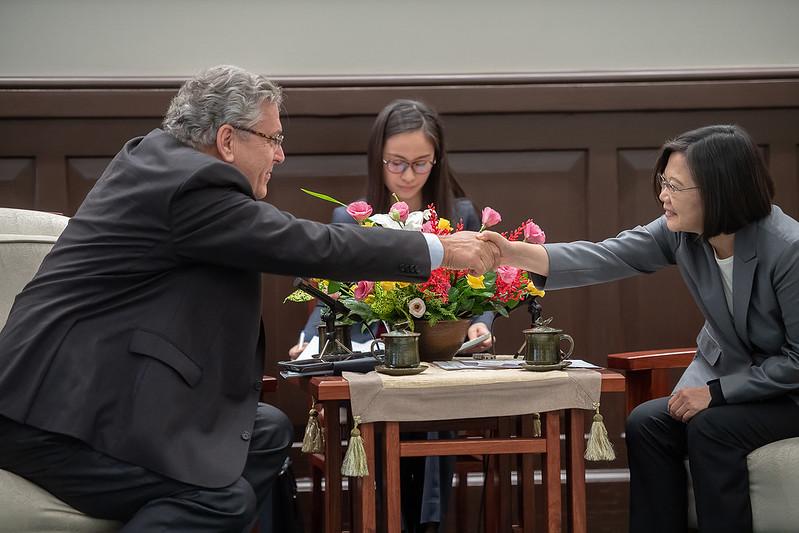 總統很高興接待克羅(Henk Krol)眾議員及所有訪賓,當面表達臺灣的感謝,也非常歡迎訪團來到臺灣