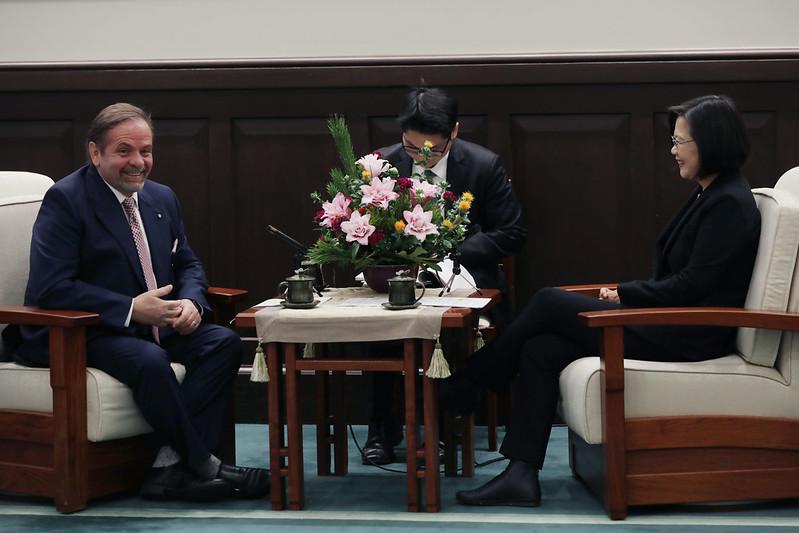總統接見「歐洲在臺商務協會理事長尹容」,並相互交流