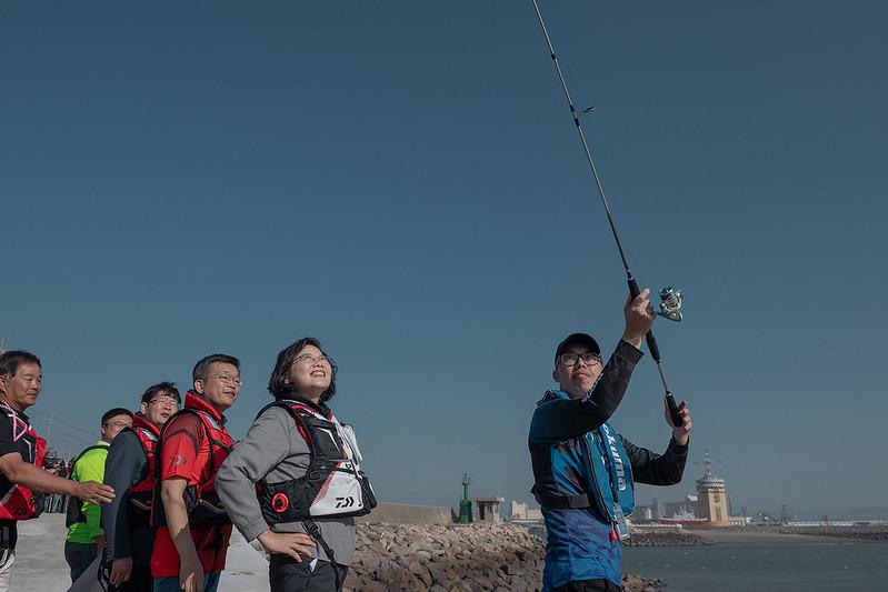 總統視察「臺中港北防波堤海釣示範區」,與現場貴賓觀看釣魚老師示範甩竿及收線