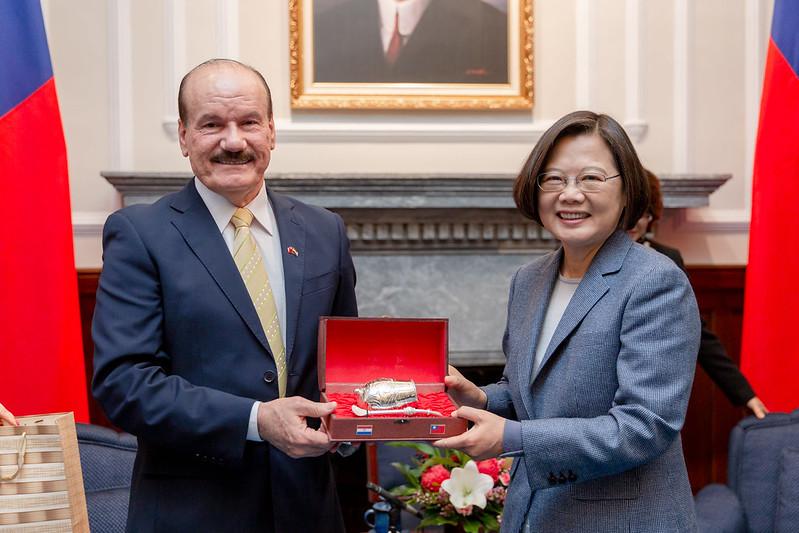 總統接見「巴拉圭國防部長索多伉儷」