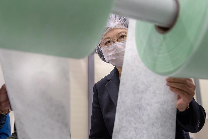 總統參訪「南六企業股份有限公司」,並參觀生產線