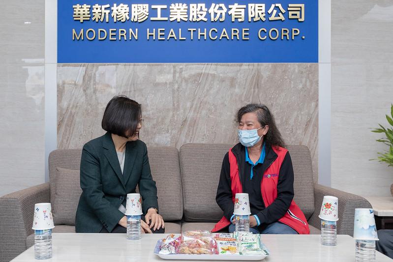 總統參訪「華新創意生活館口罩觀光工廠」暨訪視受傷員工