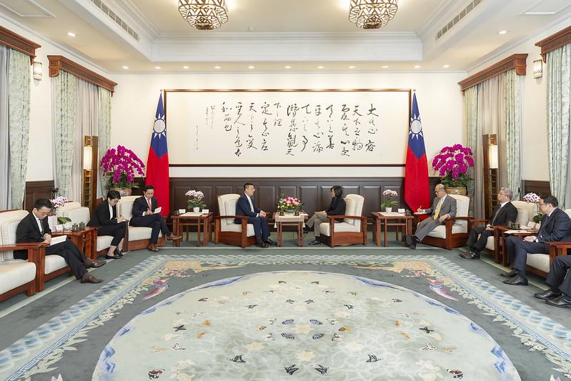 蔡英文總統今(2)日上午接見「新加坡駐臺北商務辦事處黃偉權代表」