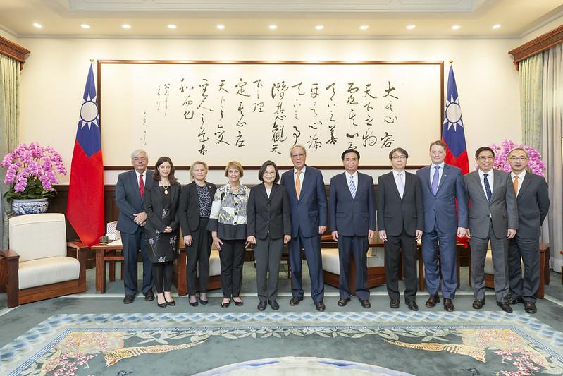 總統接見「美國外交政策全國委員會」訪問團,並合影
