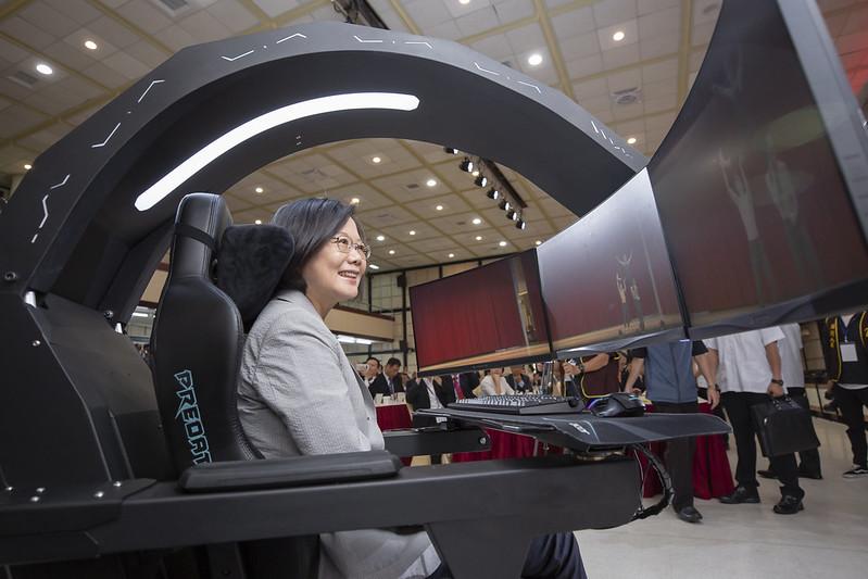 總統親身體驗5G電競座艙、5G戰艦指揮艙及無人自駕車,並與現場貴賓一同參觀「5G創新技術與應用」展區