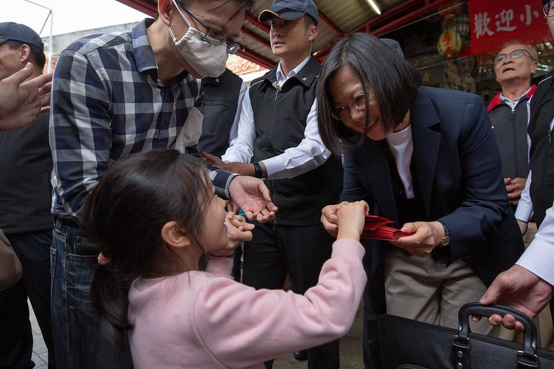 今(26)日是農曆大年初二,蔡英文總統分別前往屏東、高雄及臺南等當地著名宮廟祈福參拜並發送新春福袋