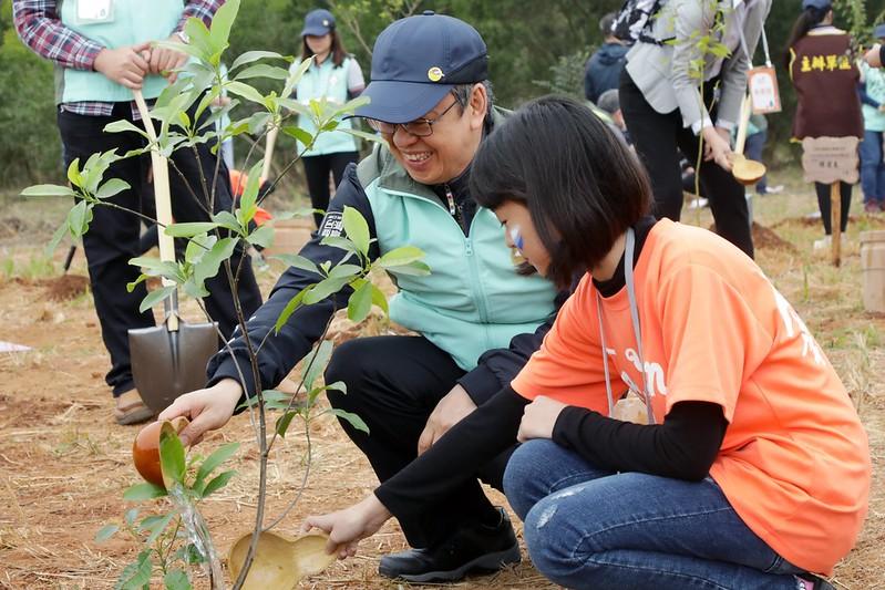 陳建仁副總統今(12)日上午前往臺中出席「『森活大樹聚』植樹節活動」,親手種下臺灣中部原生樹種