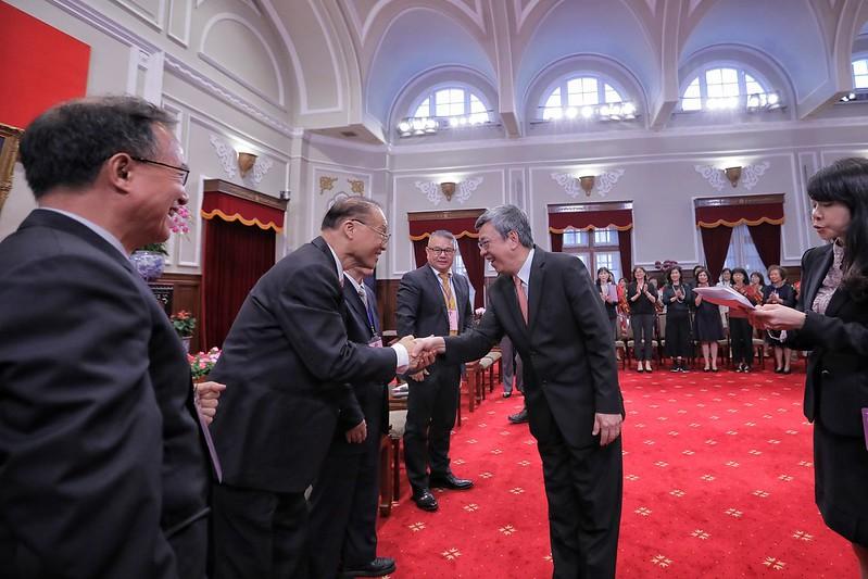 副總統與「第27屆幼鐸獎得獎人及相關會務人員」握手致意