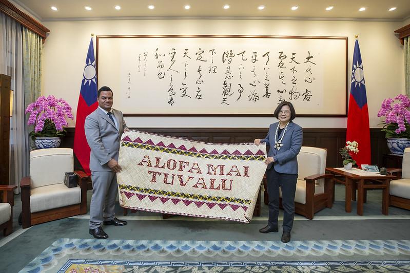 總統接見「吐瓦魯國外交部長柯飛伉儷」,並合影