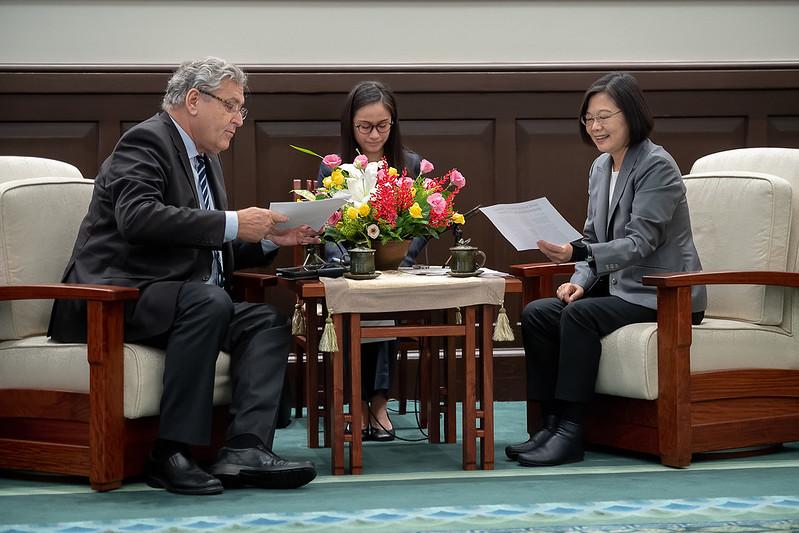 總統表示:臺荷陸續簽署《關務互助協定》及《科技合作備忘錄》創造合作成果 盼支持洽簽臺歐盟雙邊投資協定