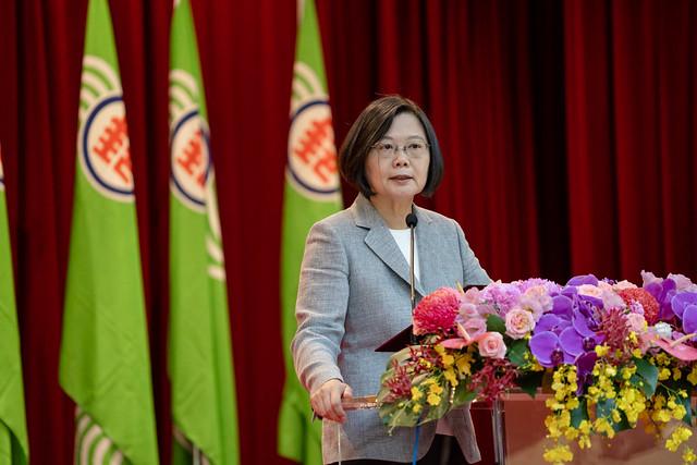 總統出席「郵政員工關懷獨居長者績優楷模表揚大會」,並致詞