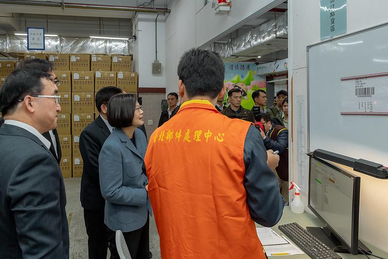 總統視察及慰勞中華郵政公司防疫物流作業同仁,並肯定同仁配合政府防疫工作的辛勞