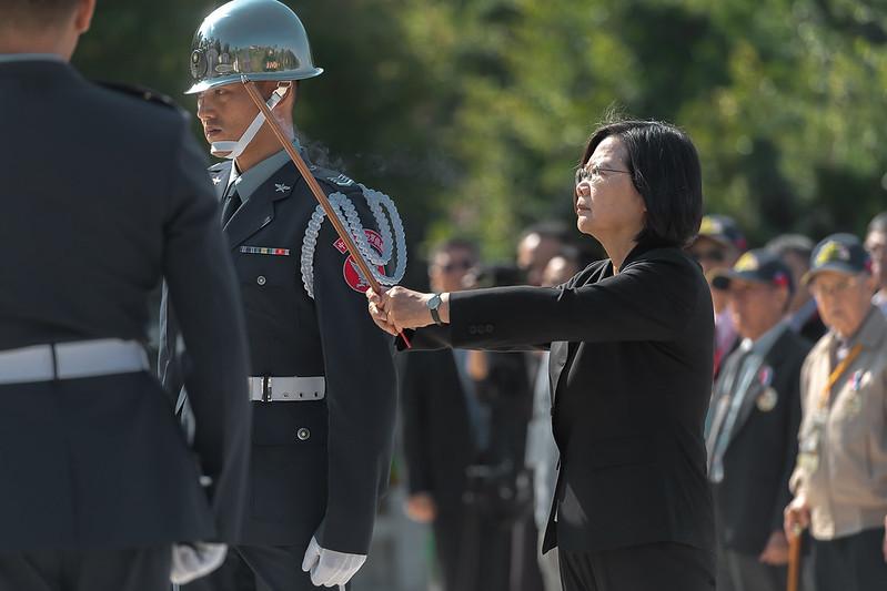 總統續前往太武公墓,主持「祭祀典禮暨獻花儀式」,悼祭在古寧頭戰役中犧牲的先烈