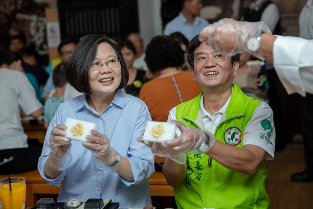 總統參訪「手信坊創意和菓子文化館」,體驗製作月餅