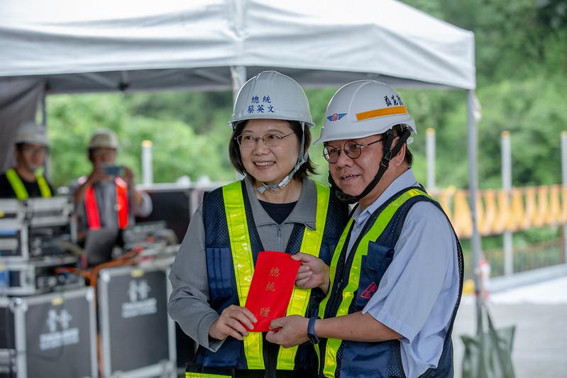 總統視察「蘇花公路改善工程進度」,並頒發加菜金,慰勉蘇花改團隊及工程人員的辛勞