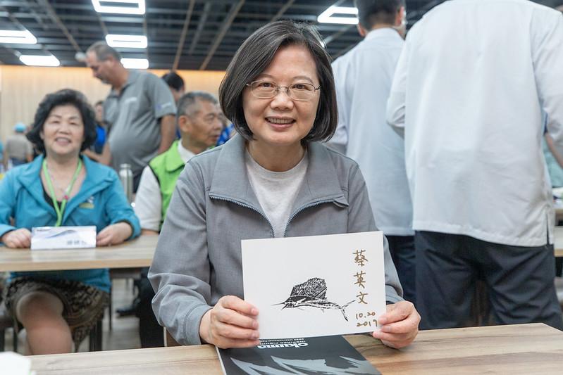 總統參訪「寶熊漁樂碼頭」,並在魚拓版上簽名留念