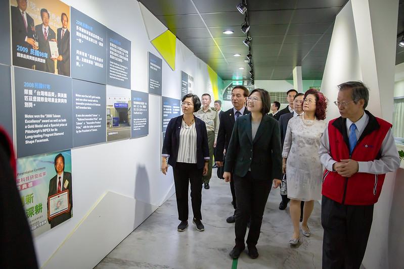 總統參訪「華新創意生活館口罩觀光工廠」