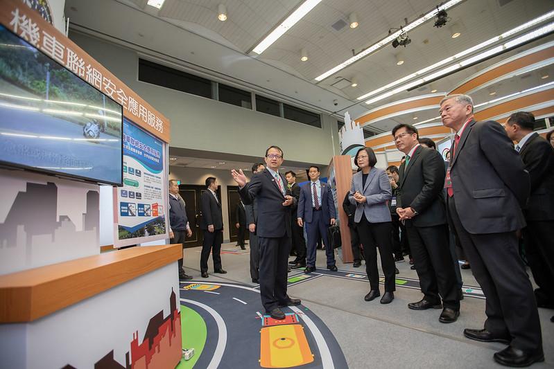 總統出席「全國交通科技產業會議開幕式」,並參觀展場