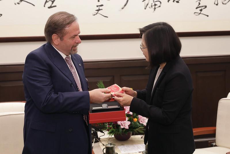 總統接見「歐洲在臺商務協會理事長尹容」,並祝訪賓新年快樂