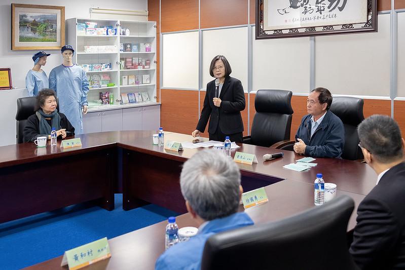 蔡英文總統今(17)日上午前往高雄參訪「南六企業股份有限公司」