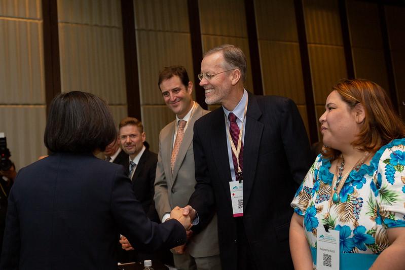 總統出席「玉山論壇開幕典禮」與貴賓握手致意