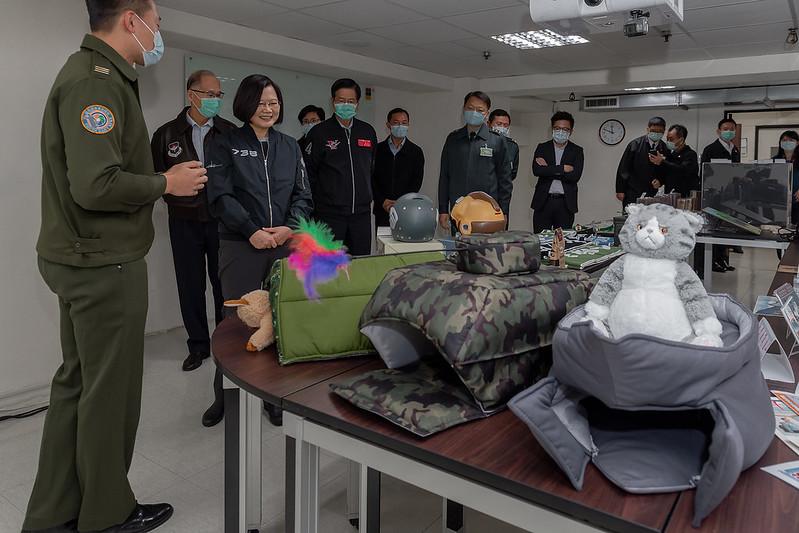 總統視導國防部軍事新聞通訊社及青年日報社