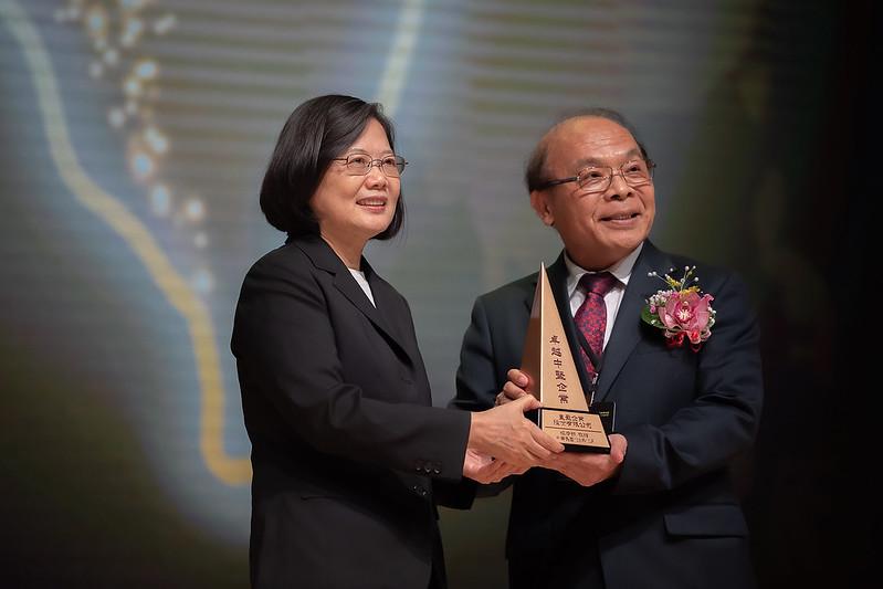 總統出席「第5屆卓越中堅企業獎」頒獎典禮