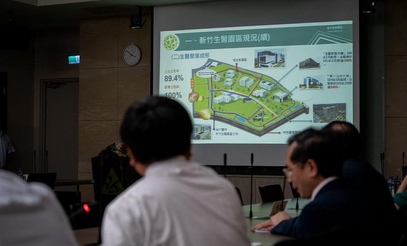 總統前往「新竹生物園區生技大樓」聽取簡報,了解新竹生醫園區的整體環境、社區醫療推展及新竹臺大分院生醫醫院的重點特色等