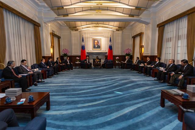蔡英文總統今(19)日上午接見「國際半導體產業協會(SEMI)與臺灣半導體產業協會(TSIA)董監事及國內外半導體企業代表」
