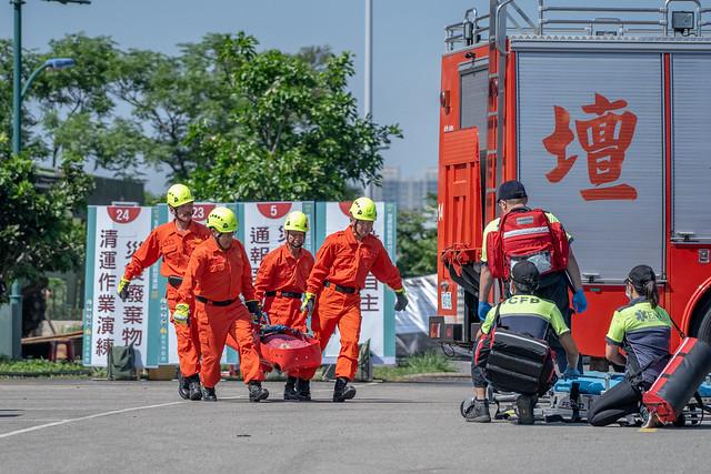 總統校閱由軍、警、消、醫療及民防單位對各種災害的防救演練
