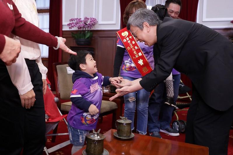 副總統接見第22屆「大愛獎」得獎人及其身心障礙子弟表示,每位得獎人對於身心障礙子女及手足的照顧都相當令人感佩