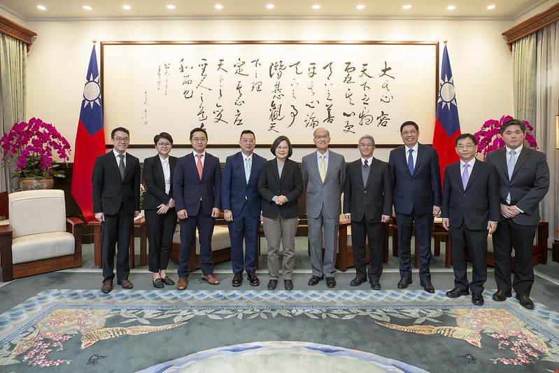 總統接見「新加坡駐臺北商務辦事處黃偉權代表」,並合影