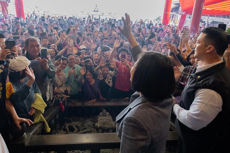 總統前往臺北、新北、桃園及宜蘭等地廟宇,發送鼠年新春福袋向民眾賀年