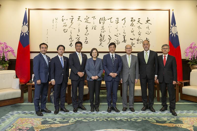 總統接見「日本自由民主黨大西宏幸眾議員團」,並合影