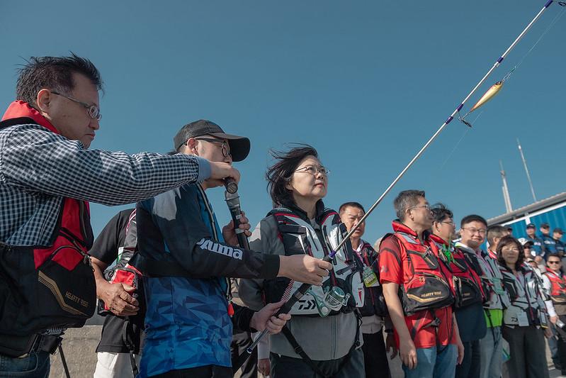 總統視察「臺中港北防波堤海釣示範區」,並實際體驗甩竿及收線